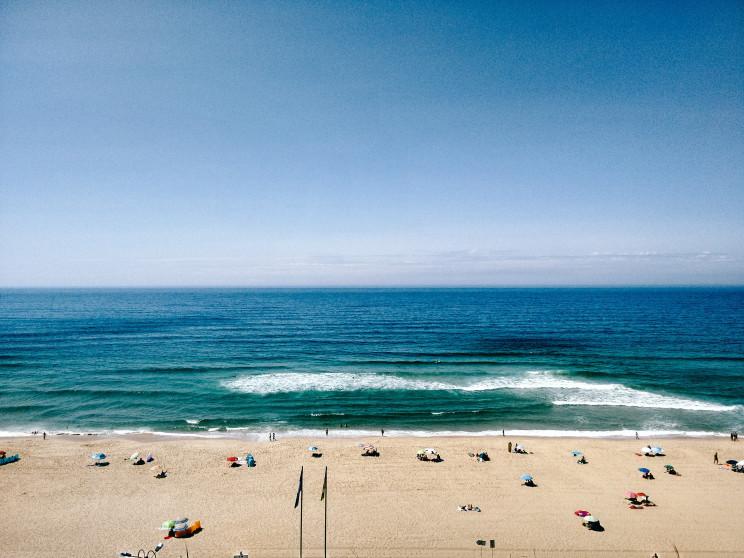 Ir à praia e dar um mergulho este verão? Guia para cumprir as regras e estar em segurança