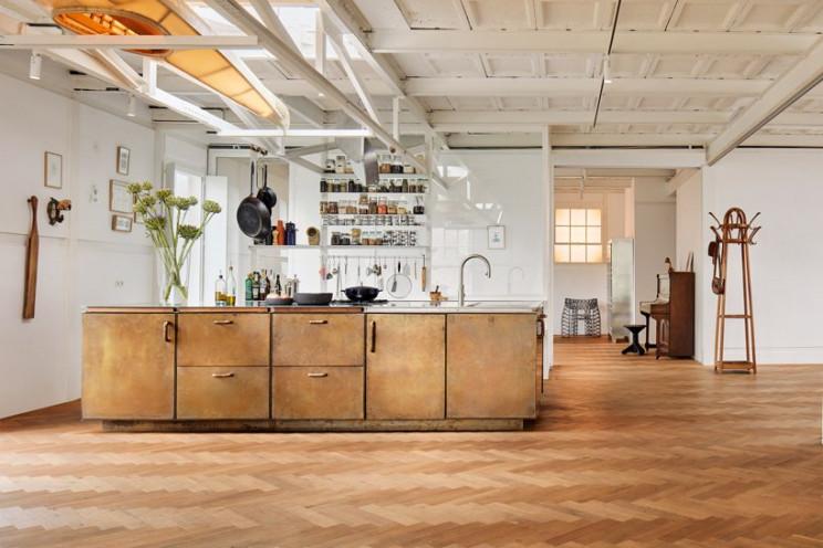 Uma antiga fábrica industrial transformada em casa de luxo e num moderno estúdio de trabalho